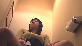 Skinny Japanese bitch takes a dump and a piss in the toilet