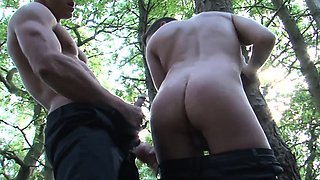 Brit muscle outdoors gives facial to hot stud