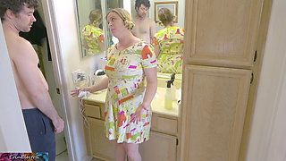 Fucking stepmom while she cleans the bathroom